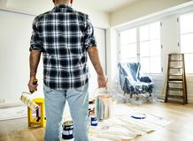 Un homme rénovant la maison photos libres de droits