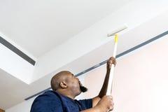 Un homme rénovant la maison photo libre de droits