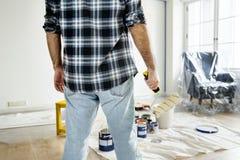 Un homme rénovant la maison photos stock