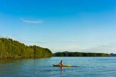 Un homme rament le kayak photos libres de droits