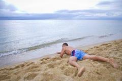 Un homme rampe à l'eau Images stock