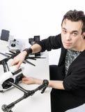 Un homme rassemble le quadcopter Photographie stock libre de droits