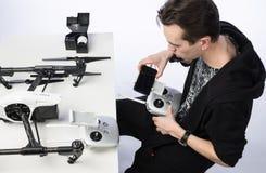Un homme rassemble le quadcopter Photo stock