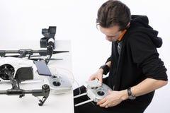 Un homme rassemble le quadcopter Images libres de droits