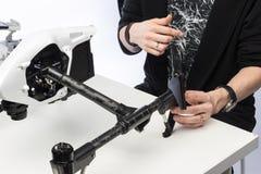 Un homme rassemble le quadcopter Photos stock