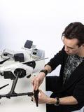 Un homme rassemble le quadcopter Image libre de droits