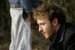 Un homme red-haired et une silhouette à l'arrière-plan Image stock