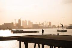 Un homme regardant au-dessus de Londres centrale floue Image libre de droits