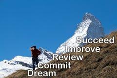 Un homme regardant la crête du Matterhorn dans la distance Images stock