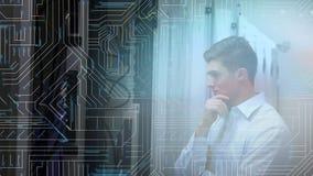 Un homme regarde l'ordinateur central dans une salle de serveurs illustration libre de droits