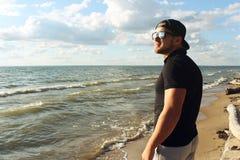 Un homme regarde la mer Photo stock