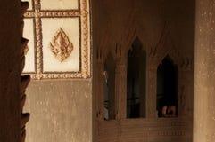 Un homme regarde une fenêtre dans la voûte de Patuxai à Vientiane, Laos photo libre de droits