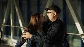 Un homme rencontre son amoureux à l'aéroport après une longue séparation clips vidéos