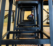 Un homme repose une chaise Photo stock