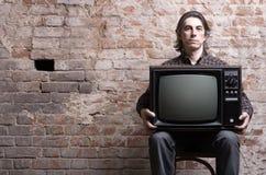 Un homme retenant une rétro télévision Photographie stock libre de droits
