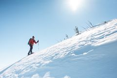 Un homme s'élève jusqu'au dessus de la montagne photographie stock libre de droits