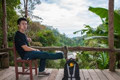 Un homme s'asseyant au balcon photos stock