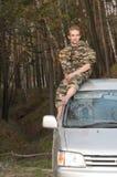 Un homme s'asseyant sur un toit de véhicule Images libres de droits