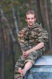 Un homme s'asseyant sur un toit de véhicule Photos libres de droits