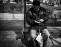 Un homme s'assied et compte son dernier argent un pauvre et sans emploi homme Utilisation éditoriale seulement Burgas/Bulgaria/03 images stock