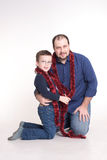 Un homme s'assied sur le plancher avec son fils Photo libre de droits