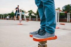 Un homme s'exerce sur l'équipement sportif dans une ville en plein air Le concept d'un mode de vie et d'une accessibilité sains d Photographie stock