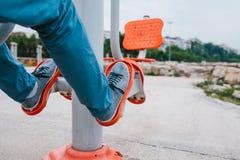Un homme s'exerce sur l'équipement sportif dans une ville en plein air Le concept d'un mode de vie et d'une accessibilité sains d Photo stock
