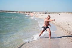 Un homme s'exerce sur la plage Photographie stock