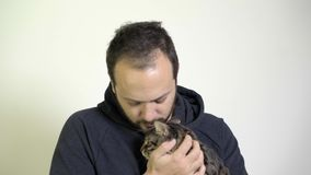 Un homme s'inquiète - des goûts Kitten On Him Lap clips vidéos