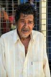 Un homme sans abri plus âgé, regardant fixement dans la distance, marché extérieur, Fidji, 2015 Images libres de droits