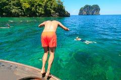 Un homme sautant en mer photographie stock libre de droits