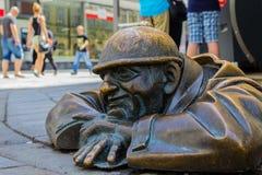 Un homme se reflétant à l'intérieur d'un trou d'homme à Bratislava images libres de droits