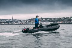 Un homme se tenant sur un bateau de Cork Harbour Boat Hire, une société pour louer les bateaux sans-chauffeur au grand public photos libres de droits