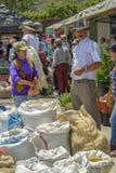 Un homme se tient à côté de ses sacs de grain photos libres de droits