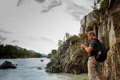 Un homme se tient à la rivière Photo stock