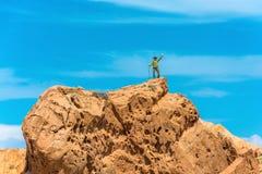 Un homme se tient sur une roche énorme contre le ciel bleu, Kirghizistan Photo libre de droits