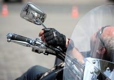 Un homme se trouve sur son vélo et récréation Images libres de droits