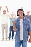Un homme serrant sa main avec augmenter de gens Photographie stock