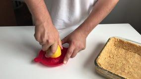 Un homme serre le jus sur un presse-fruits tenu dans la main clips vidéos