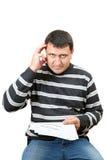 Un homme sombre avec une matricule dans le bureau d'impôts Photos libres de droits