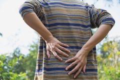 Un homme souffrant du mal de dos, les lésions de la moelle épinière et le muscle publient des RP Photos libres de droits