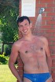 Un homme sous une douche Images stock