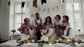 Un homme supérieur avec la famille sur plusieurs générations célébrant l'anniversaire sur la partie d'intérieur banque de vidéos