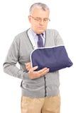 Un homme supérieur avec une pose cassée de bras Images stock
