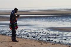 Un homme sur la plage de la Normandie Photographie stock libre de droits