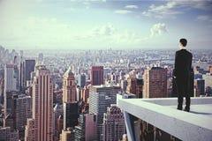 Un homme sur le dessus du skyscrapeer regardant la ville Image libre de droits