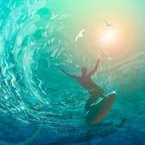 Un homme surfe Silhouette d'un surfer sur le fond des vagues le soir au coucher du soleil illustration stock