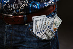 Un homme tenant beaucoup d'argent Billets de banque de 100 dollars dans différentes poches, le concept de la corruption Images libres de droits