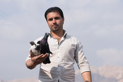 Un homme tenant des pigeons avec fierté Photographie stock libre de droits