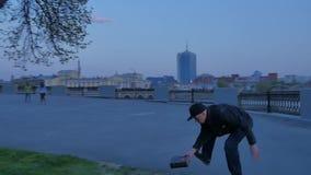 Un homme tenant un burning de livre au coucher du soleil et à la course Burning de livre sur le mouvement lent du feu Jeune homme clips vidéos